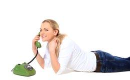 Mulher nova que faz o atendimento de telefone Foto de Stock Royalty Free