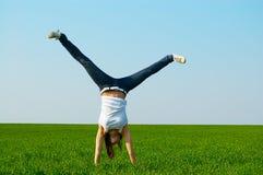 Mulher nova que faz o cartwheel imagens de stock