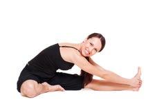 Mulher nova que faz o exercício do estiramento foto de stock royalty free