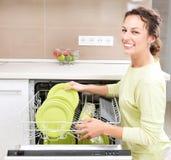 Mulher nova que faz o Housework Fotografia de Stock