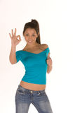 Mulher nova que faz o sinal aprovado Imagens de Stock Royalty Free