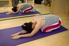 Mulher nova que faz Pilates Imagens de Stock