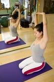 Mulher nova que faz Pilates Fotografia de Stock Royalty Free