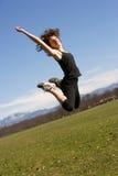 Mulher nova que faz um salto Fotografia de Stock Royalty Free