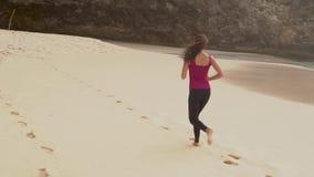 Mulher nova que funciona na praia filme