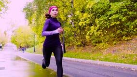 Mulher nova que funciona no parque outono filme