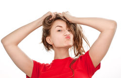 Mulher nova que joga com seu ââhair Imagens de Stock Royalty Free