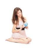 Mulher nova que joga com um globo Fotografia de Stock Royalty Free