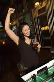 Mulher nova que joga o foosball. fotografia de stock royalty free