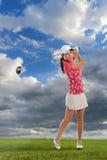 Mulher nova que joga o golfe foto de stock