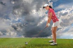 Mulher nova que joga o golfe fotos de stock royalty free