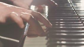 Mulher nova que joga o piano video estoque