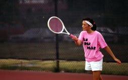 Mulher nova que joga o tênis fotografia de stock
