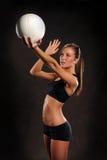 Mulher nova que joga o voleibol imagem de stock royalty free