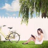 Mulher nova que lê um livro Imagem de Stock