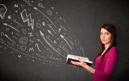 Mulher nova que lê um livro Imagens de Stock Royalty Free