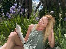 Mulher nova que lê um compartimento Fotografia de Stock Royalty Free