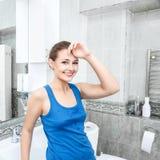Mulher nova que lava sua face Imagem de Stock