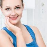 Mulher nova que lava sua face Fotografia de Stock Royalty Free