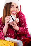 Mulher nova que levanta com presente do Natal Imagem de Stock Royalty Free
