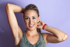Mulher nova que levanta seus braços Imagem de Stock