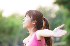 Mulher nova que levanta seus braços foto de stock royalty free