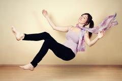Mulher nova que levitating foto de stock royalty free