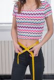 Mulher nova que mede sua cintura Fotografia de Stock