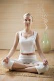 Mulher nova que meditating fotos de stock