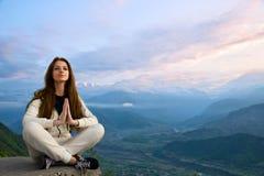 Mulher nova que meditating Fotos de Stock Royalty Free