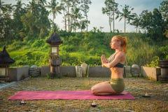 Mulher nova que meditating Imagens de Stock Royalty Free