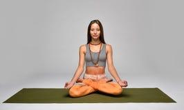 Mulher nova que meditating Fotografia de Stock Royalty Free