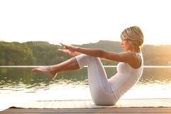 Mulher nova que meditating na praia Fotos de Stock Royalty Free