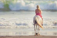 Mulher nova que monta um cavalo Fotografia de Stock