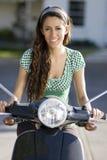 Mulher nova que monta uma bicicleta fotos de stock royalty free