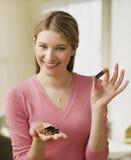 Mulher nova que mostra baterias Imagem de Stock Royalty Free