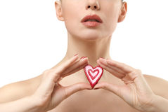 Mulher nova que mostra doces dados forma coração. Imagens de Stock Royalty Free