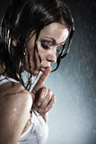 Mulher nova que mostra o handsign quieto Imagem de Stock