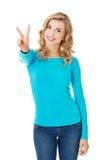 Mulher nova que mostra o sinal da vitória Fotos de Stock