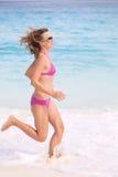 Mulher nova que movimenta-se Fotografia de Stock Royalty Free