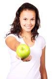 Mulher nova que oferece uma maçã Fotos de Stock Royalty Free