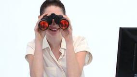 Mulher nova que olha através dos binóculos Fotos de Stock Royalty Free