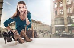 Mulher nova que olha o indicador da loja Fotos de Stock Royalty Free