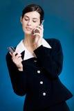 Mulher nova que paga com o cartão de crédito pelo telefone imagens de stock royalty free