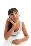Mulher nova que pensa ou com uma pergunta fotografia de stock