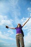 Mulher nova que permanece com mãos levantadas Fotografia de Stock