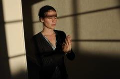 Mulher nova que praying Imagem de Stock