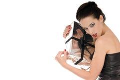 Mulher nova que prende fanatically seu presente do Natal fotografia de stock royalty free