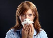 Mulher nova que prende o coelho doméstico Imagens de Stock