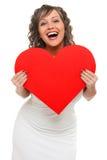 Mulher nova que prende o coração vermelho grande fotografia de stock royalty free